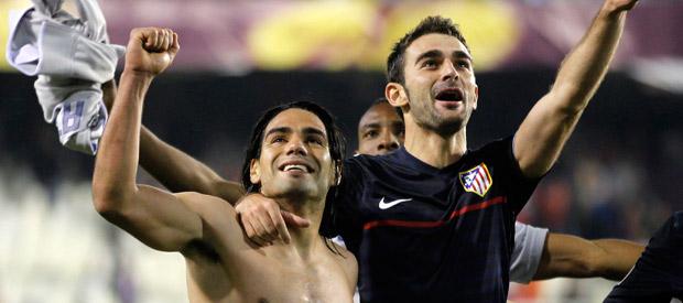 Los jugadores del Atlético de Madrid Falcao y Adrián López.