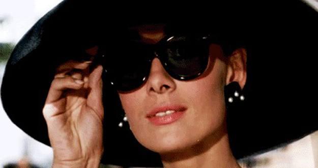 Audrey Hepburn con gafas de sol.