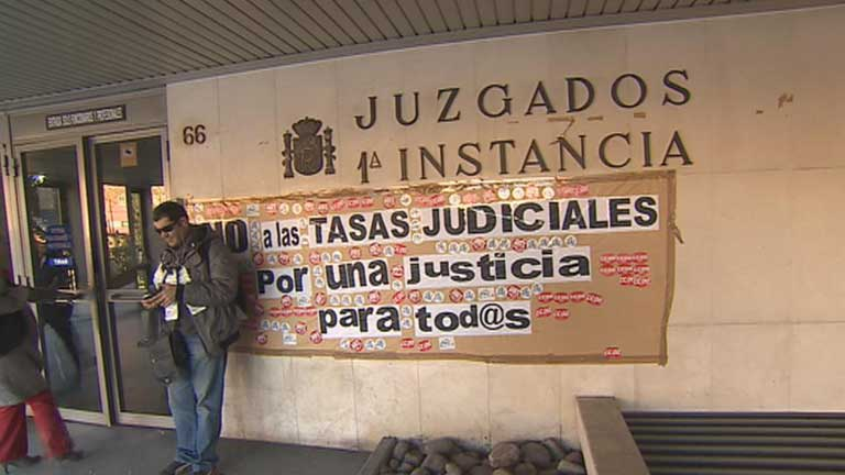 Un equipo de TVE acompa&ntilde;a a una comisi&oacute;n judicial en un d&iacute;a de desahucios