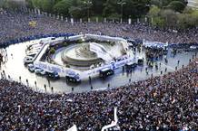 El autobús del Real Madrid llega a una abarrotada Plaza de Cibeles