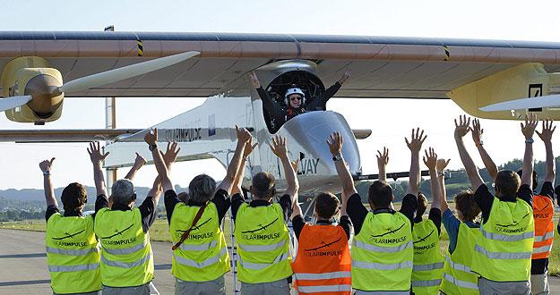 El piloto Andre Borschberg celebra, tras aterrizar con el avión experimental, su primer vuelo internacional.