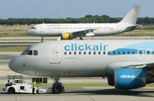 Aviones de Clickair y Vueling en el aeropuerto del Prat de Barcelona.