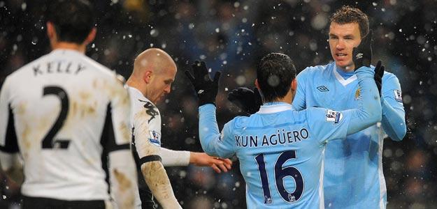 Agüero y Dzeko celebran uno de los goles del Manchester City al Fulham