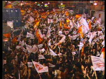 Ver v?deo  'Aznar en el balcón de Génova tras ganar en 2000'