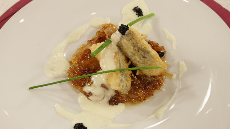 Saber Cocinar - Bacalao rebozado con crema de pepino y cebolla caramelizada