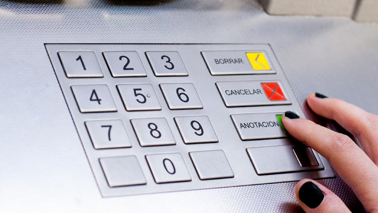 Los bancos duplican las comisiones por sacar dinero de cajeros que no sean de su red