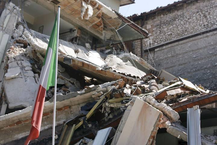 http://img.irtve.es/imagenes/bandera-italia-junto-edificio-reducido-escombros/1239022363534.jpg