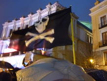 Una bandera pirata ondeaba en las puertas del Teatro Real