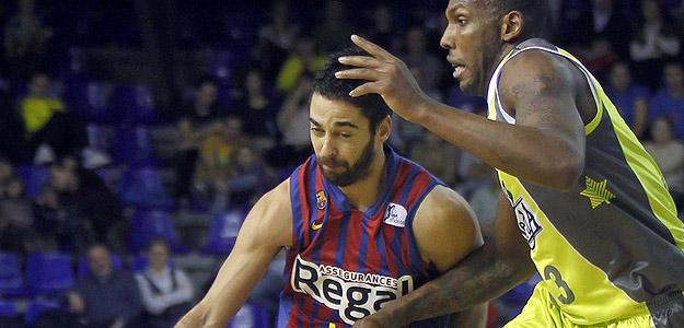 Juan Carlos Navarro, del FC Barcelona Regal, intenta avanzar ante la oposición de Seawright, del Blancos de Rueda Valladolid.