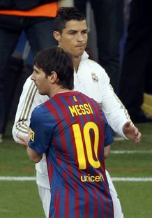 Leo Messi, del FC Barcelona, saluda a Cristiano Ronaldo, del Real Madrid, momentos antes del partido