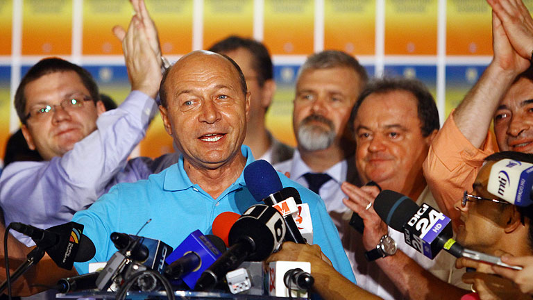 Basescu logra mantenerse en el poder en Ruman&iacute;a