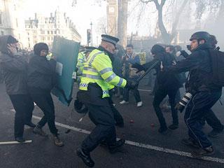 Ver vídeo  'Batalla campal ante el Parlamento británico en el día decisivo para aprobar los recortes educativos'