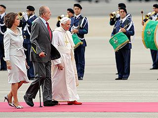 Ver vídeo  'Benedicto XVI llega a España y es recibido por los reyes en el aeropuerto'