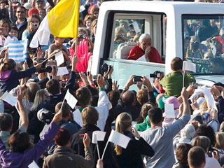 Ver vídeo  'Benedicto XVI oficia una misa en el aeropuerto de Friburgo'
