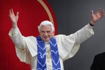 Benedicto XVI saluda a todas las personas presentes en la Universidad