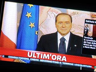 Ver vídeo  'Berlusconi hace un llamamiento a quienes han celebrado su salida'