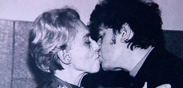 Beso entre Chavela Vargas y Pedro Almod&oacute;var