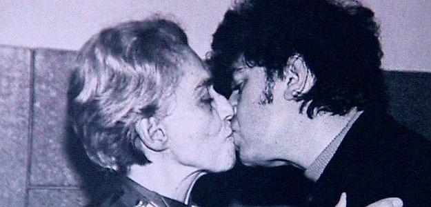 Beso entre Chavela Vargas y Pedro Almodóvar