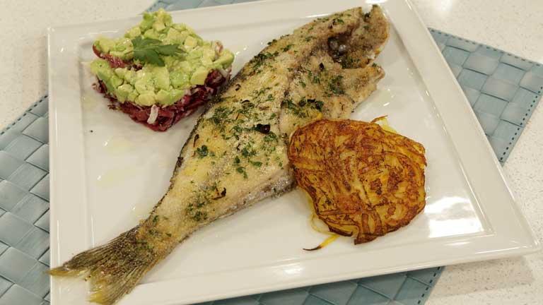 Saber cocinar - Besugo al horno con ensalada de aguacate al ajillo