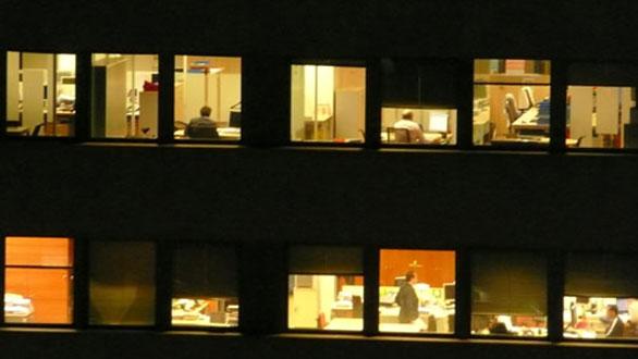 Un bloque de oficinas a pleno rendimiento durante la noche.