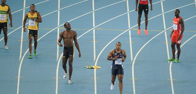 Bolt, en el centro sin camiseta, tras ser descalificado de la final