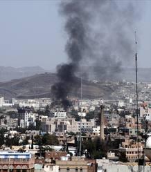 Columna de humo en la capital de Yemen, Saná