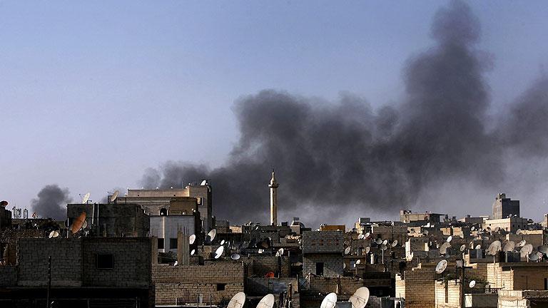 Los bombardeos persisten en Siria, donde hallan una fosa con 40 cadáveres