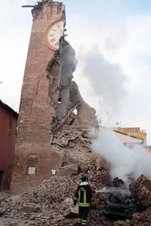 Un bombero trabaja junto a los escombros de un edificio tras un terremoto.