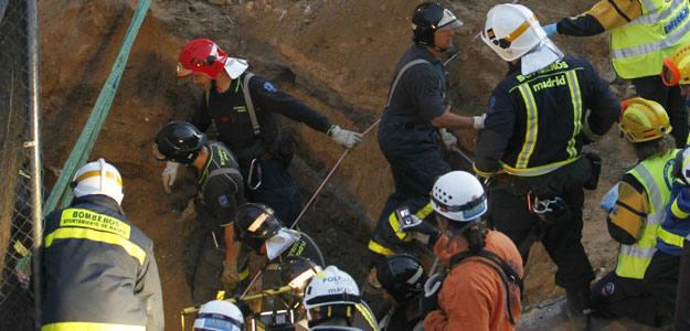 Los bomberos logran rescatar con vida a uno de los dos obreros sepultados en unas obras en Madrid
