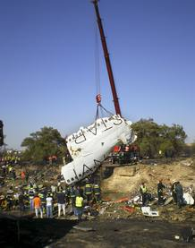 Bomberos y miembros de la Guardia Civil inspeccionan el lugar del accidente.
