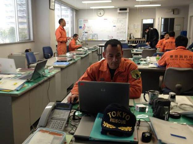 Los bomberos que recibieron el Príncipe de Asturias por su trabajo, en su oficina de Tokio.