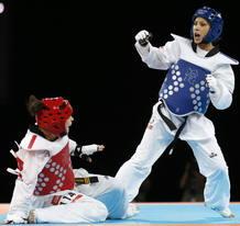 Briguitte Yagüe (azul) derrota a la panameña Carolena Carstens en primera ronda de Londres 2012