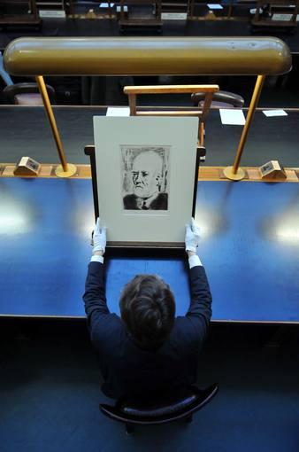 Otra perspectiva del'Retrato de Vollard' de la colección Vollard de Picassso. Muestra el grabado este martes un empleado del British Museum. AFP PHOTO/BEN STANSALL