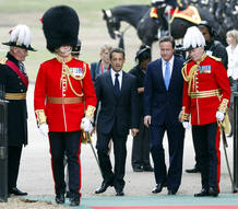 David Cameron y Nicol&aacute;s Sarkozy, escoltados por la guardia real brit&aacute;nica.