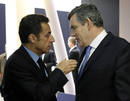 Brown y Sarkozy charlan antes del inicio de la reuni&oacute;n.
