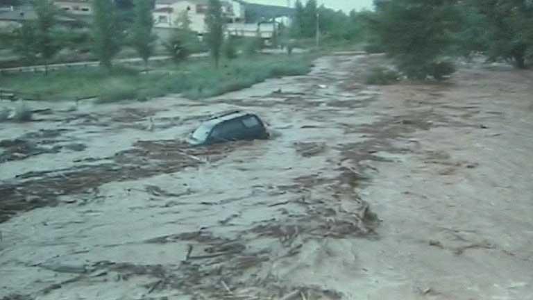 Buscan a un hombre desaparecido al que arrastró la corriente en Oliete, Teruel