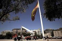 La bandera de España de la Plaza de Colón de Madrid ha caído al suelo