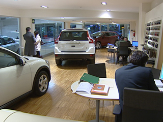 Ver vídeo  'Cae la venta de coches aunque aumenta un 80% la venta de automóviles de lujo'