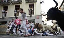 Caidas y revolcones han sido los protagonistas en este cuarto encierro de las fiestas de Pamplona