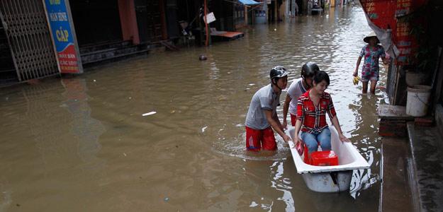 Calle inundada por la tormenta Kai Tac en Hanoi, el 18 de agosto
