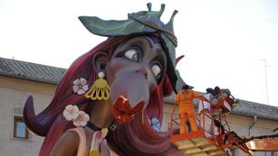 Ver vídeo  'Las calles de Valencia se llenan de sátira con las fallas'