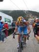 Ciclista subiendo una cuesta empinada
