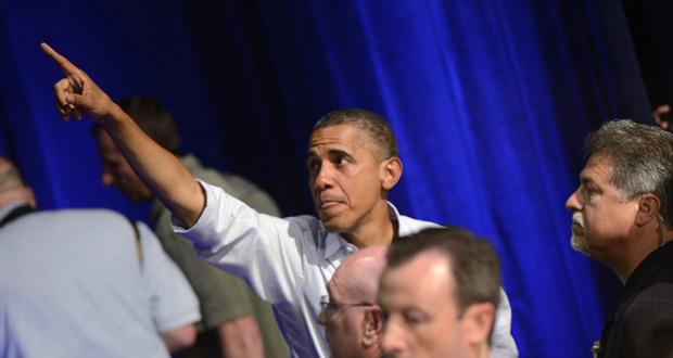 El presidente de EE.UU., Barack Obama, señala hacia el público durante un evento de campaña en Florida.