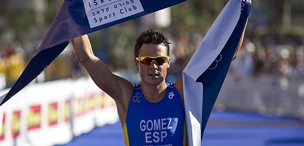 El triatleta español Javier Gómez Noya celebra su victoria en la línea de meta durante el Campeonato de Europa de Triatlón celebrado en Eilat.