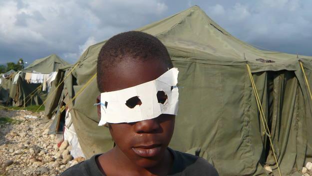 En los campos de los damnificados por el terremoto de Haití. Los niños se fabrican sus antifaces por carnaval.