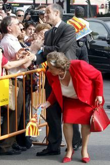 Camps saluda acompañado por la alcaldesa de Valencia, Rita Barberá, a su llegada al Palacio de Justicia.