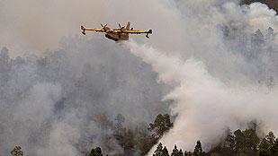 Ver vídeo  'Canarias redobla los esfuerzos contra el fuego, que ya ha alcanzado el Teide'