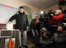 El candidato multimillonario Prokhorov vota ante la prensa en las elecciones de Rusia el 4 de marzo de 2012