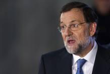 El candidato a la Presidencia del PP, Mariano Rajoy habla con los medios de comunicación a su salida del único cara a cara antes de las elecciones del 20 de noviembre