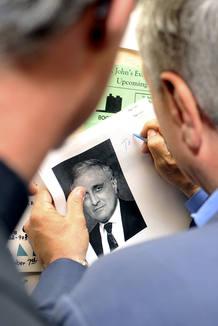 El candidato republicano a gobernador de Nueva York, Carl Paldio, ha firmado autógrafos a sus simpatizantes en un colegio electoral en Buffalo.